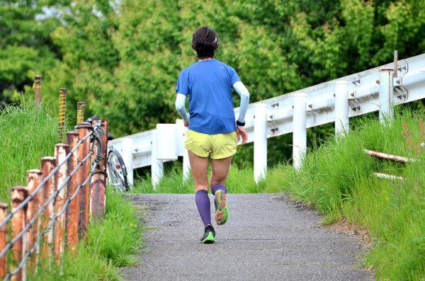 鶴見川青少年サイクリングコースを走るランナー (Runner running in the Tsurumi River Youth Cycling Course)