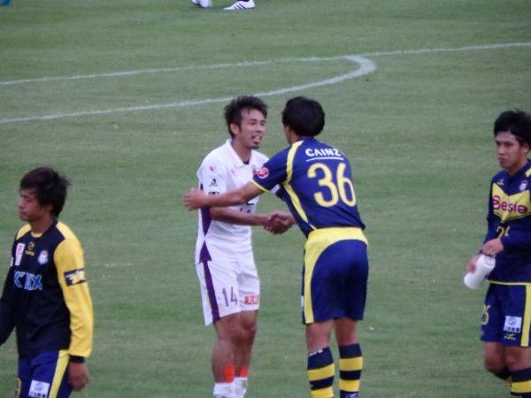 試合後握手する山瀬と永井