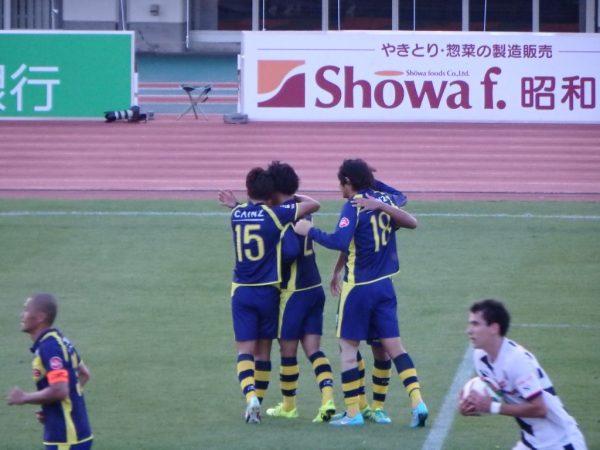 ゴール後抱き合う江坂と吉濱