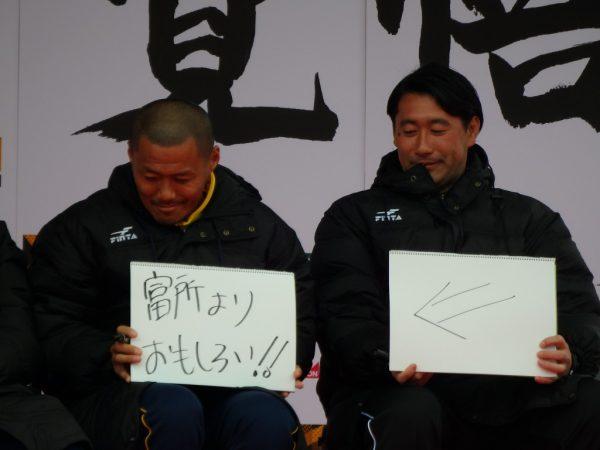 富所さんをいじる松さんと氏家コーチ