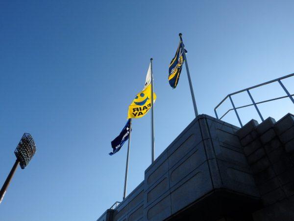 強風でたなびく旗
