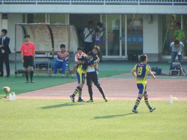 2016年J2第13節・横浜FC戦。シュナイダーと抱き合うザスパクサツ群馬の坪内秀介